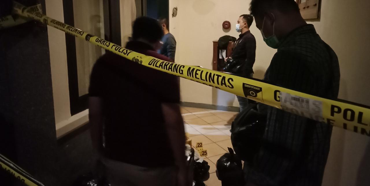 Petugas kepolisian memberikan police line di lokasi pembunuhan, tepatnya di Hotel Lotus Kediri. (Foto: Noe/Tugu Jatim)