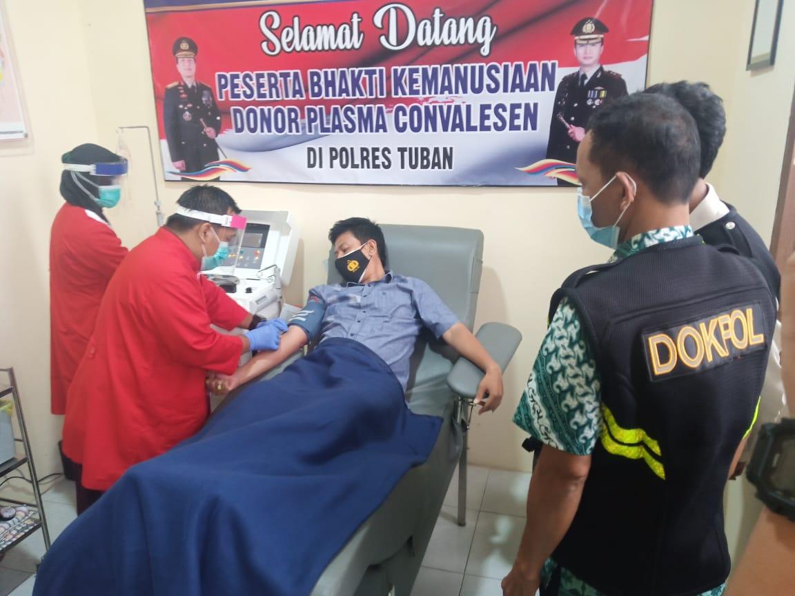 Bripka Agung Saputro saat melakukan donor plasma konvalesen di PMI Tuban setelah lolos screening. (Foto: Rochim/Tugu Jatim)