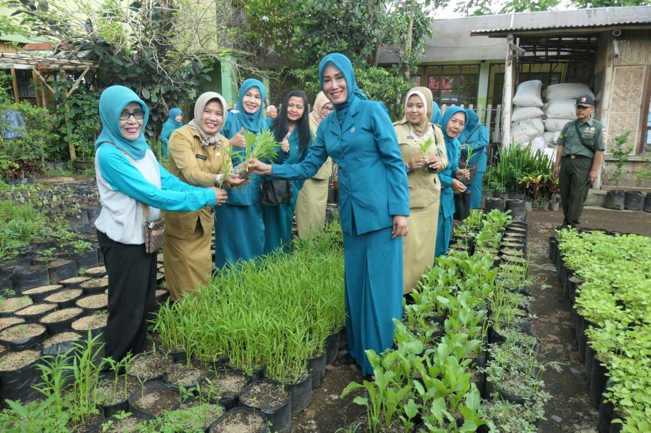 Ketua TP PKK Kota Malang Widayati Sutiaji bersama warga memamerkan hasil urban farming. (Foto: Dok/Tugu Jatim)
