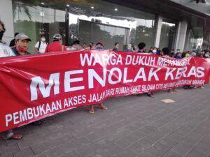Warga Dukuh Menanggal, Gayungan, Surabaya yang menoak rencana RS Siloam yang menggunakan jalan umum yang sudah sempit sebagai akses lalu lintas ambulan. (Foto: Rangga Aji/Tugu Jatim)