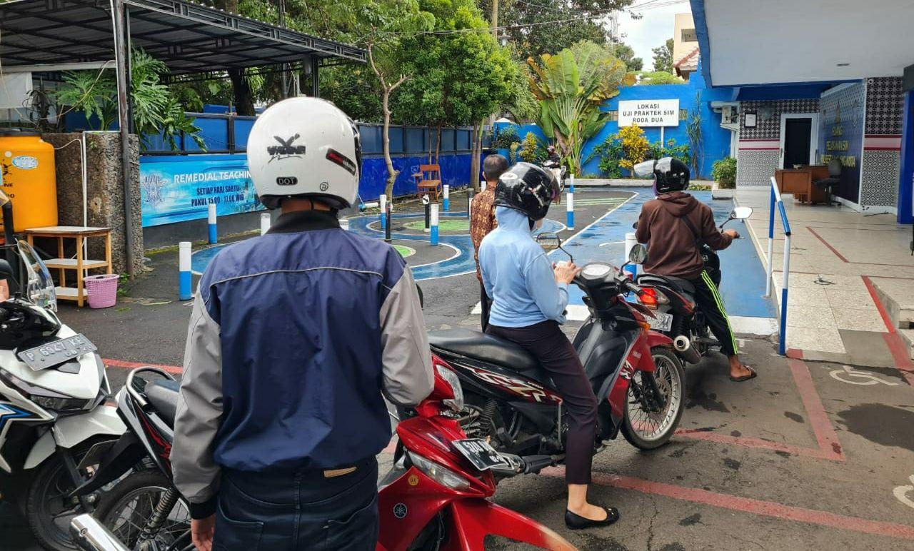 Antrean pemohon SIM mencoba track arena uji berkendara di Satpas Polresta Malang Kota. (Foto: Azmy/Tugu Malang/Tugu Jatim)