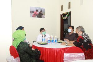 Dr Aqua Dwipayana (paling kanan) hadir dalam perayaan HUT Tugu Malang ID yang kedua, Selasa (9/2/2021). (Foto: Dokumen/Tugu Malang) tugu jatim