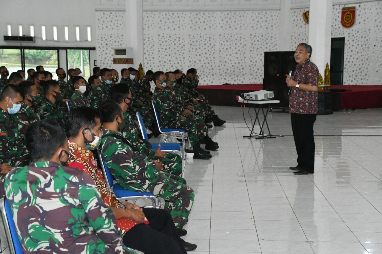 Pakar Komunikasi dan Motivator Nasional Dr Aqua Dwipayana melakukan Sharing Komunikasi dan Motivasi di lingkungan Kodam IV/Diponegoro. (Foto: Dokumen/Tugu Jatim)
