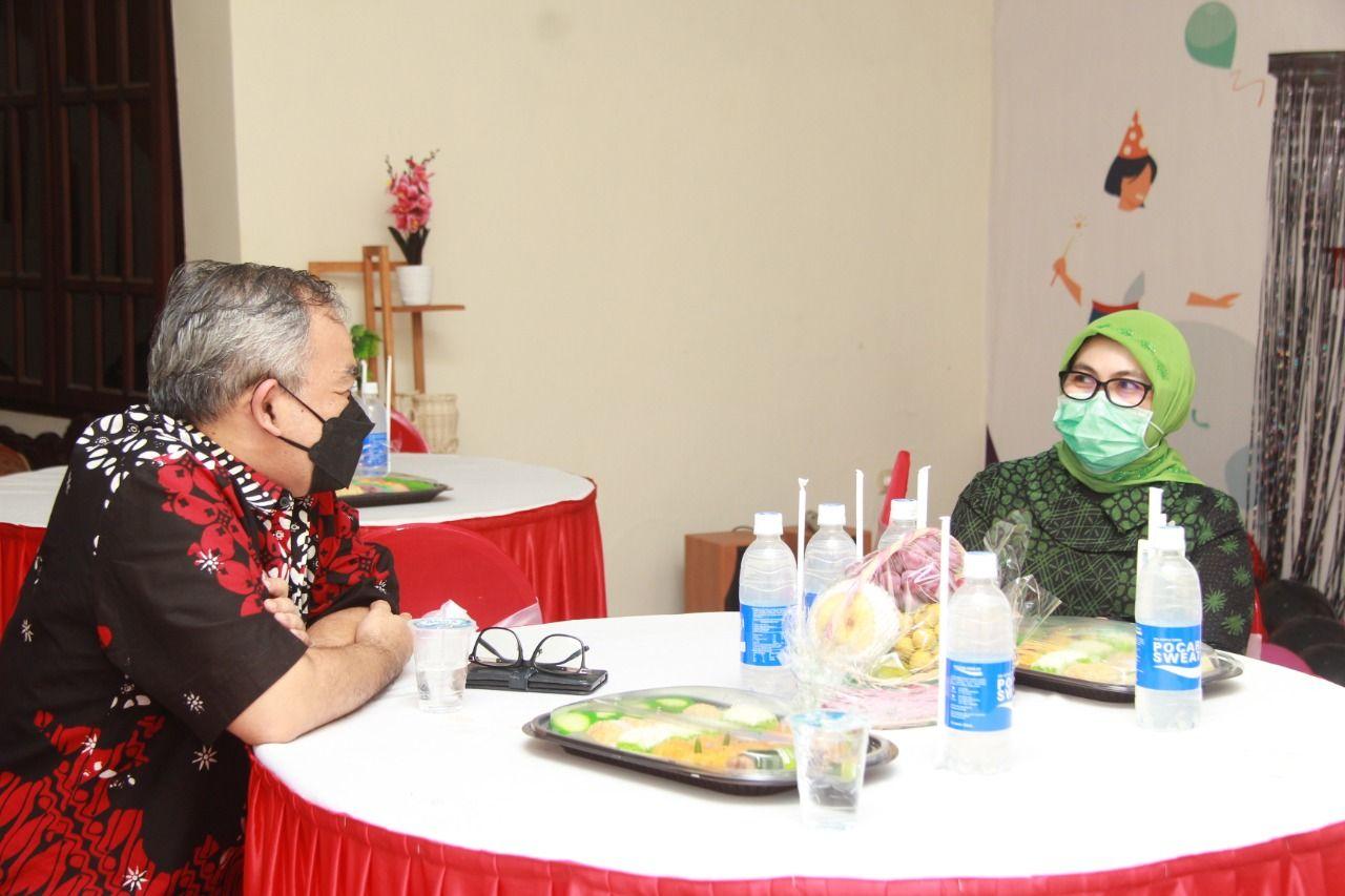 Dr Aqua Dwipayana bersama Kanwil BNI Malang Baby Lolita. (Foto: Dokumen/Tugu Malang/Tugu Jatim)