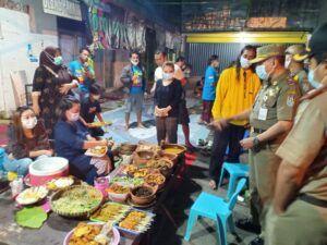 Petugas memeriksa pedagang yang berjualan. (Foto: Dok Humas Polres Tuban/Tugu Jatim)