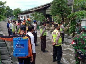 Babinsa dari Kodim 0819/Pasuruan yang semangat untuk imbau warga patuhi protokol kesehatan. (Foto: Dokumen) tugu jatim