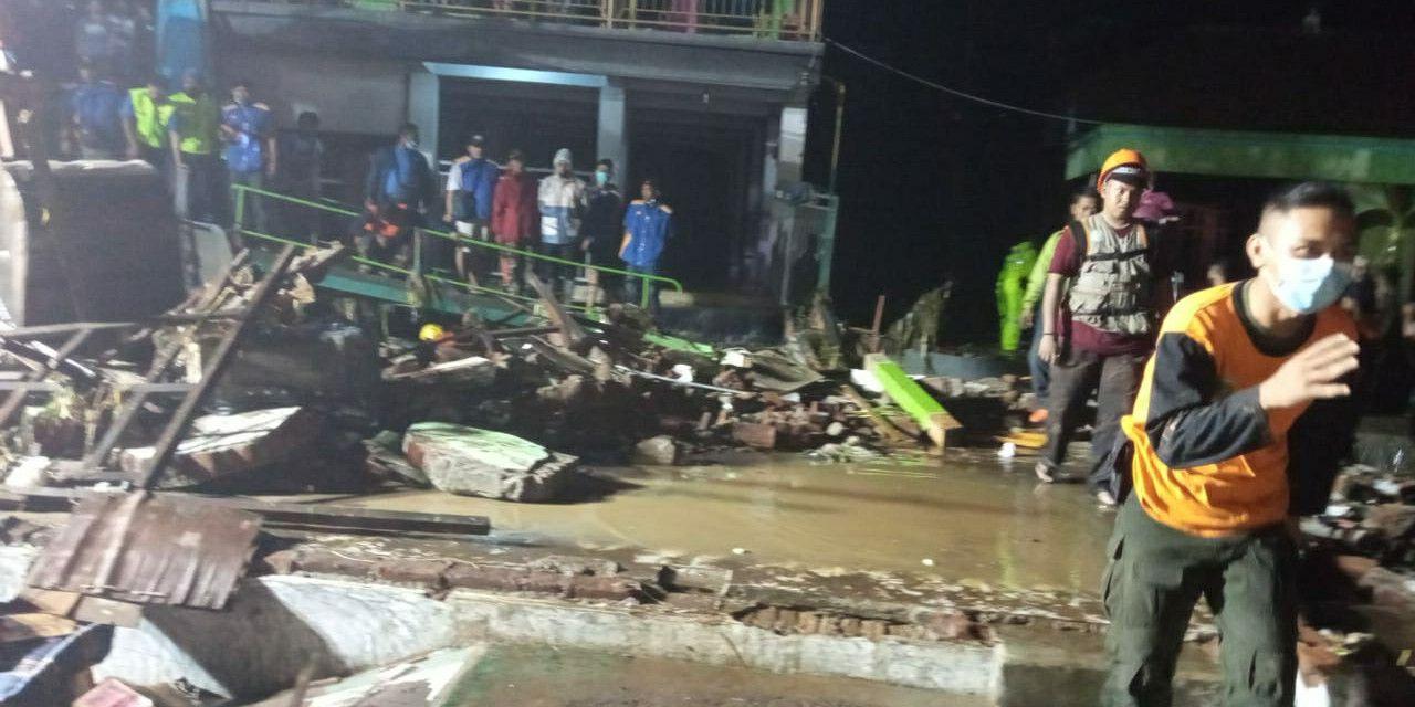 Tim Reaksi Cepat (TRC) BPBD Kabupaten Pasuruan melakukan penanganan darurat terdampak banjir pada Rabu (3/2). (Foto: BPBD Kabupaten Pasuruan) banjir pasuruan tugu jatim