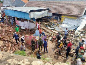 Anggota dan personel dari TNI Kodim 0819 Pasuruan yang turut meninjau lokasi pasca-bencana banjir bandang di Pasuruan. (Foto: Dokumen/Tugu Jatim)
