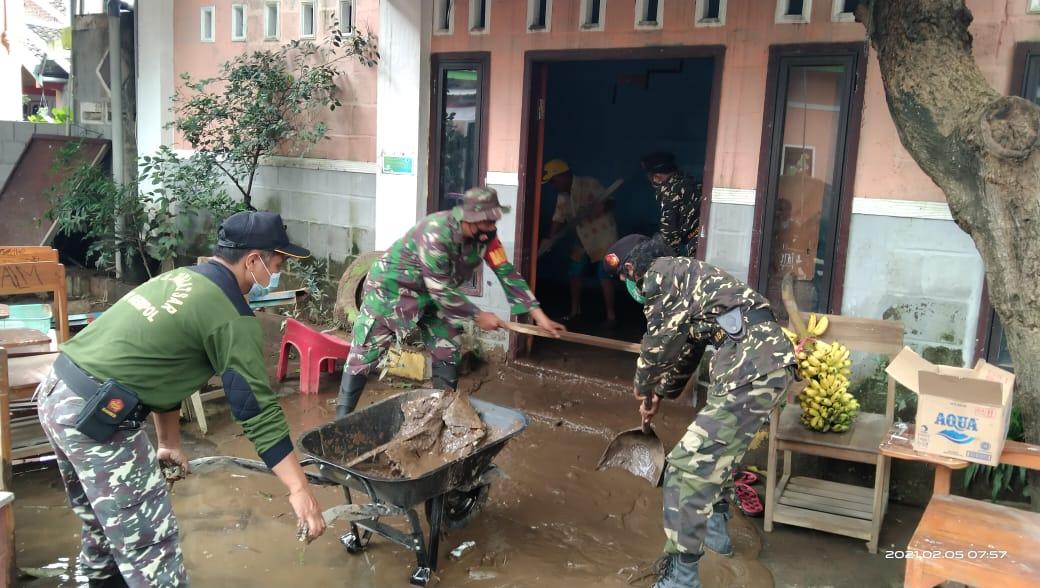 Personel TNI dari Kodim 0819 Pasuruan ikut membantu membersihkan lumpur di rumah warga. (Foto: Dokumen) tugu jatim