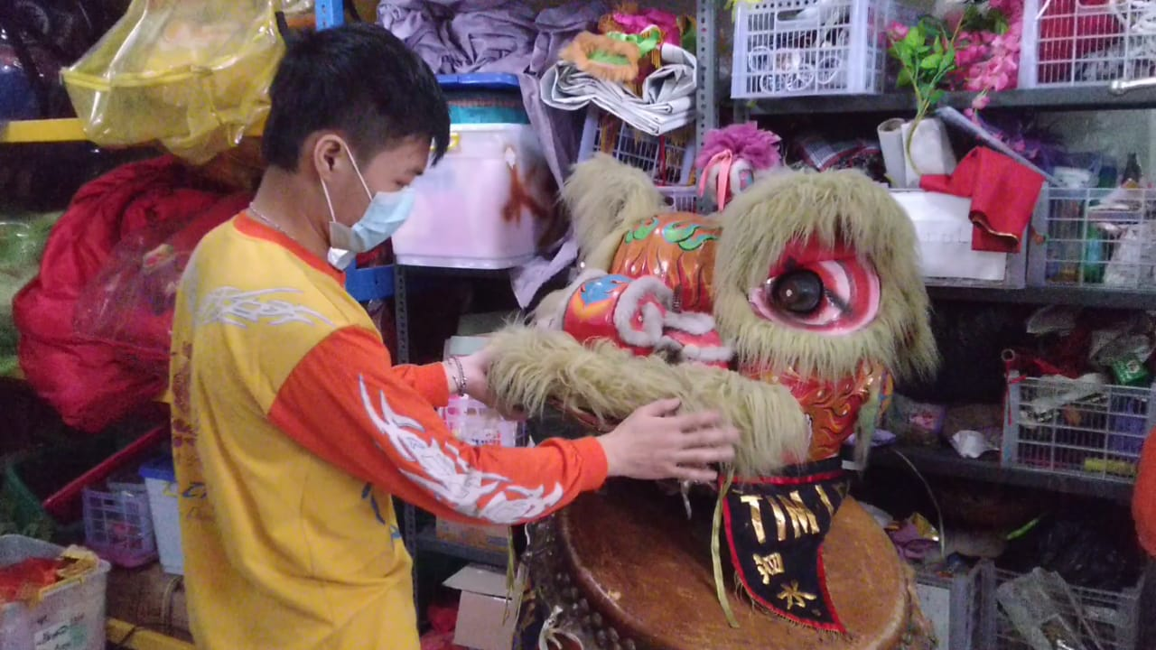Hao Hao, 21, pelatih sekaligus senior dari Tim Tarian Singa dan Ksatria Naga, Kamis (11/02/2021). (Foto: Rangga Aji/Tugu Jatim) barongsai imlek