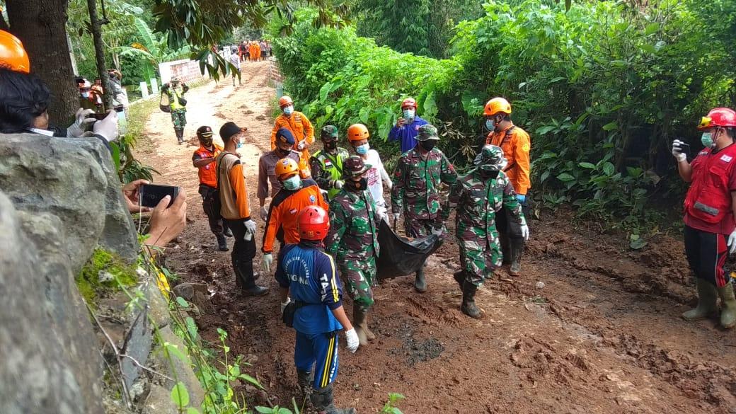 Proses evakuasi jenazah korban longsor Nganjuk oleh Basarnas dan tim gabungan lain. (Foto: NOE/Tugu Jatim)