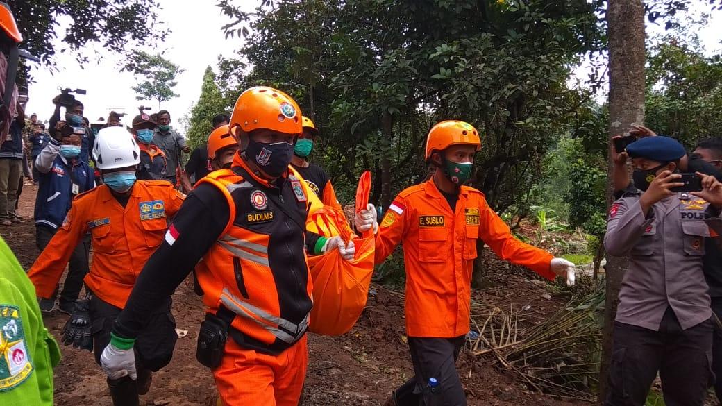 Tim gabungan dari Basarnas ketika mengevakuasi jenazah korban tanah longsor di Nganjuk, Jawa Timur. (Foto: NOE/Tugu Jatim)