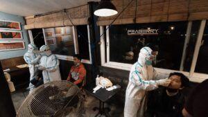 Pengunjung kafe yang di-swab antigen. (Foto: Azmy/Tugu Jatim)