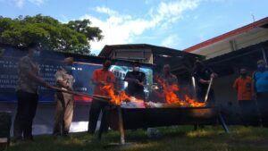 Bea Cukai Kediri memusnahkan barang sitaan yang berasal dari luar negeri, Jumat (26/2/2021). (Foto: NOE/Tugu Jatim)