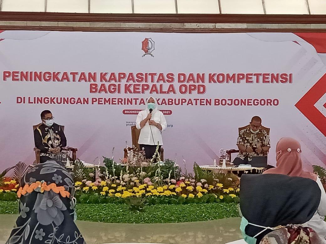 Anna Muawanah saat melakukan sambutan di acara Acara pelatihan peningkatan kapasitas dan kompetensi di Pendopo Malowopati Bojonegoro. (Foto: Mila Arinda/Tugu Jatim)