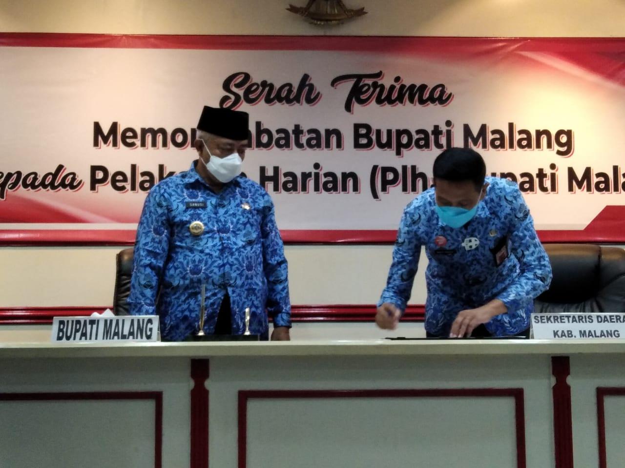Prosesi serah terima jabatan Bupati Malang dari Sanusi kepada Wahyu Hidayat. (Foto: RAP/Tugu Malang/Tugu Jatim)