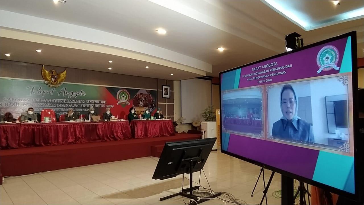 Ketua Koperasi SBW Malang Dr Sri Untari saat memimpin RAT 2020 secara virtual pada Senin (22/02/2021). (Foto: Azmy/Tugu Jatim)