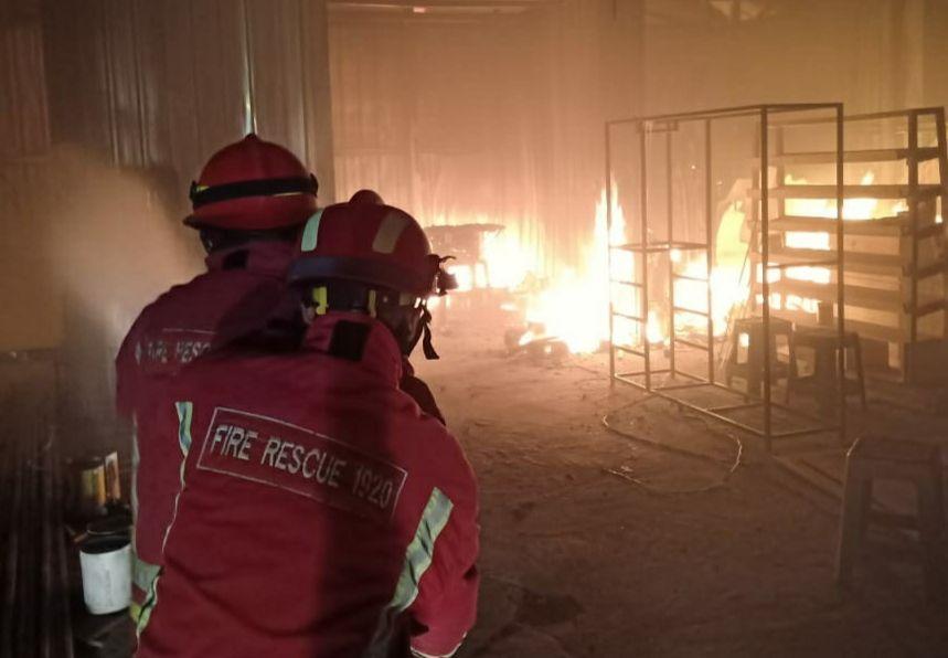 Petugas UPT Damkar Kota Malang saat memadamkan api yang melalap gudang penyimpanan bahan baku mebel pada Sabtu (06/02/2021). (Foto: UPT Damkar Kota Malang/Tugu Jatim)