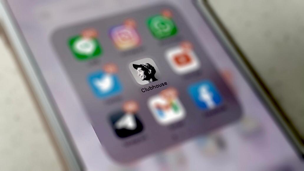 Aplikasi Clubhouse yang juga merupakan platform media sosial asal Amerika Serikat yang begitu mendapat perhatian tinggi dari masyarakat Indonesia. (Foto: Adinda Novira/Tugu Jatim)