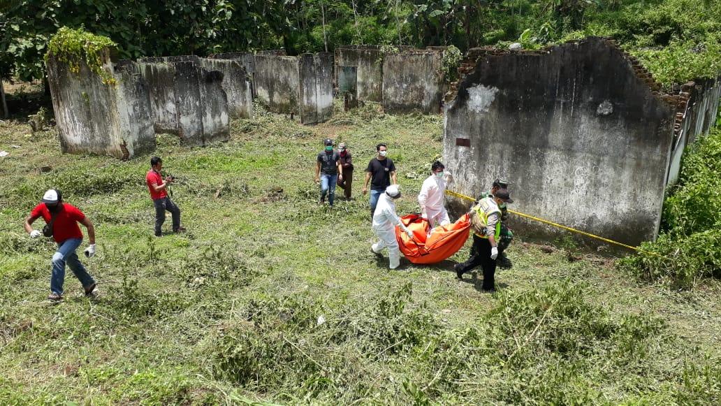 Geger ada penemuan mayat wanita tanpa identitas di Desa Karangkates, Kecamatan Sumberpucung, Kabupaten Malang, tepatnya di bekas mes Pembangkit Jawa Bali pada Kamis (11/02/2021). (Foto: Rap/ln)