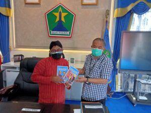 Penyerahan dua dari tiga buku Trilogi The Power Silaturahim kepada Wali Kota Malang Sutiaji. (Foto: Dok/Tugu Jatim)