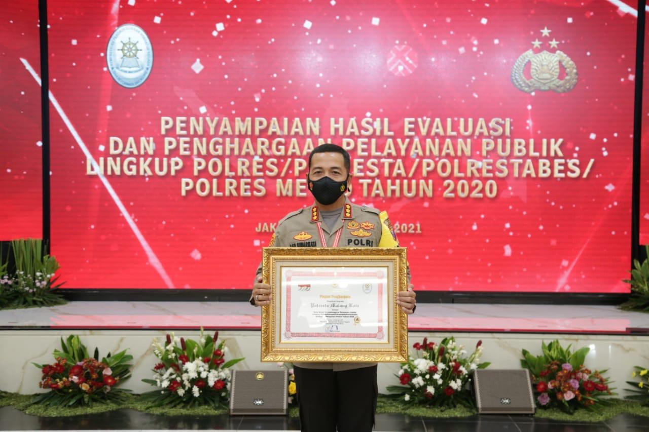 Kapolresta Malang Kota Kombes Pol Leonardus Simarmata saat menerima penghargaan dari Kemen PAN-RB pada Selasa (16/02/2021). (Foto: Humas Polresta/Tugu Jatim)