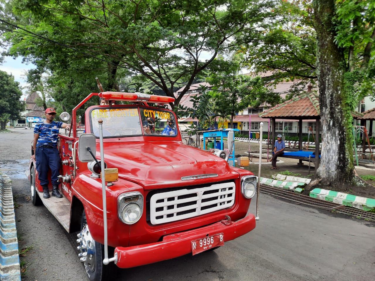 Mobil pemadam kebakaran legendaris milik UPT Pemadam Kebakaran Kota Malang keluaran 1961 yang masih berfungsi dengan baik hingga saat ini. (Foto: Azmy/Tugu Malang/Tugu Jatim)
