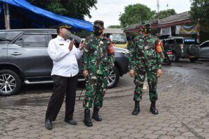 Dandim 0819/Pasuruan Letkol Arh H Burhan Fajari Arfian (tengah) sedang meninjau lokasi Pasar Kebonagung, Kota Pasuruan. (Foto: Dokumen) tugu jatim