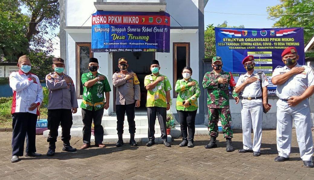 Danramil 0819/05 Grati Kapten Arm Yuwono ikut meluncurkan Kampung Tangguh Semeru Kebal Covid-19 bersama instansi dan unsur terkait. (Foto: Dokumen/Kodim Pasuruan) tugu jatim