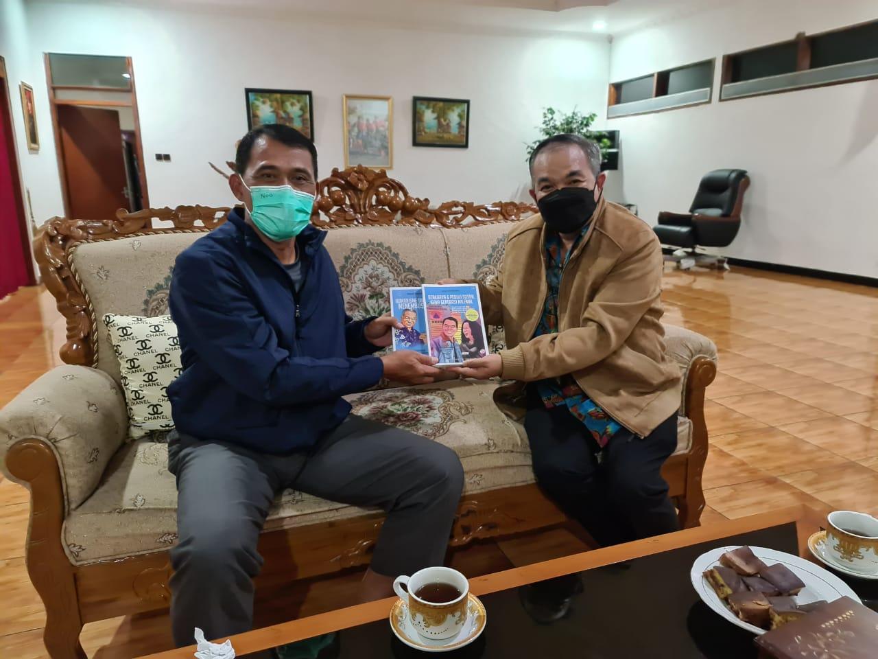 Danrem 081/DSJ Madiun, Kolonel Inf Waris Ari Nugroho, menerima buku Trilogi The Power of Silaturahim dari Dr Aqua Dwipayana. (Foto: Dokumen/Tugu Jatim)