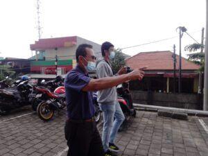 Naryono, 74, menjelaskan alasan penolakan rencana pemakaian jalan umun untuk lalu lintas ambulance milik RS Siloam di area Cito Mall Surabaya. (Foto: Rangga Aji/Tugu Jatim)