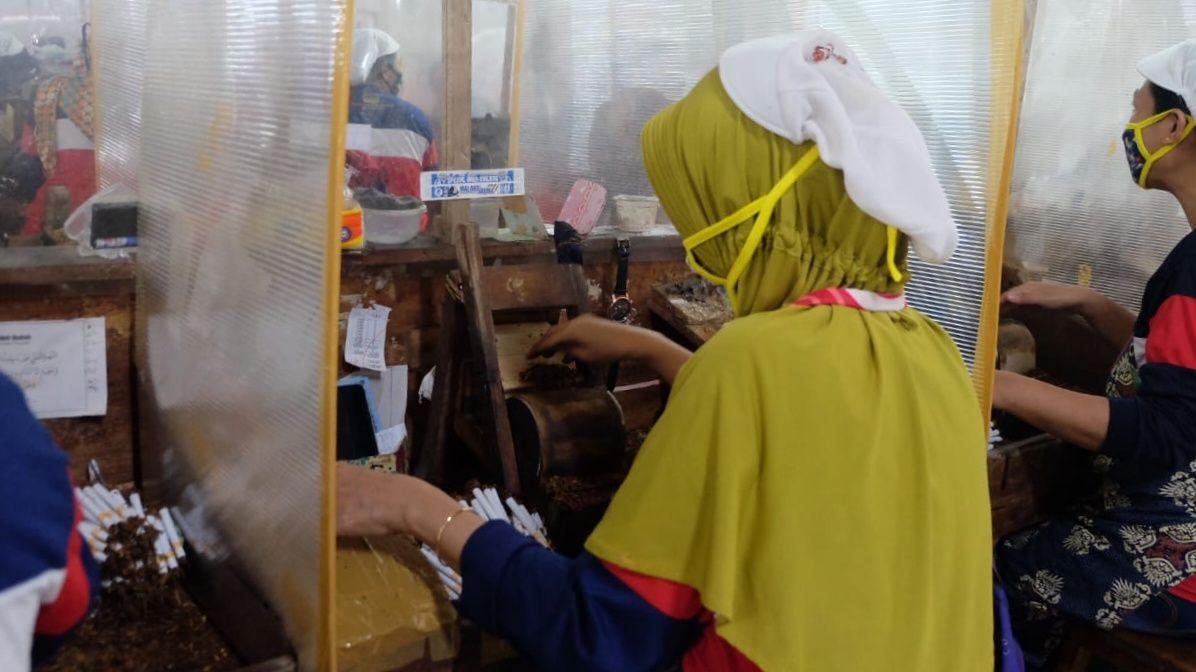 Pabrik rokok PT Gudang Baru Berkah berusaha menjalankan protokol kesehatan (prokes) bagi karyawannya agar tidak menjadi klaster baru penyebaran Covid-19. (Foto: Rap/Tugu Jatim)