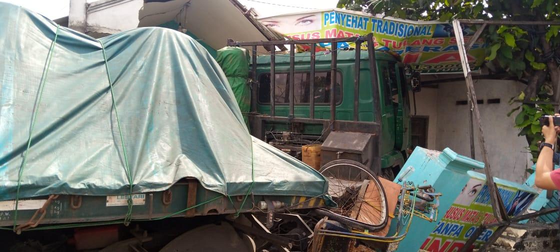 Kendaraan truk trailer yang masih menancap di rumah warga setelah mengalami kecelakaan tunggal di Jalan Tuban-Semarang, Desa Sugihwaras, Kecamatan Jenu, Tuban. (Foto: Rochim/Tugu Jatim)