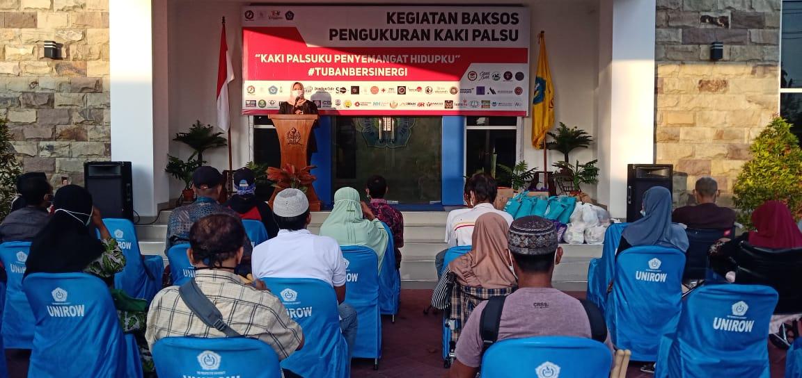 Rektor Universitas PGRI Ronggolawe (Unorow) Tuban Prof Dr Supiana Dian Nurtjahyani saat memberikan sambutan di acara baksos. (Foto: Humas Unirow Tuban/Tugu Jatim)