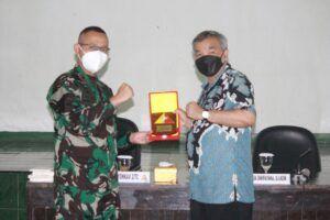 Komandan Batalyon Kavaleri 2/Turangga Ceta Mayor Kav Faizal Arief Maulana Yusuf memberikan plakat kepada Dr Aqua. (Foto: Dok/Tugu Jatim)