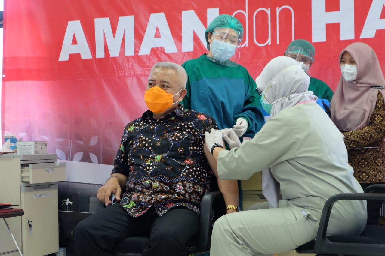 Bupati Malang Terpilih Muhammad Sanusi tengah vaksinasi sinovac tahap kedua. (Foto:Rap/Tugu Jatim)