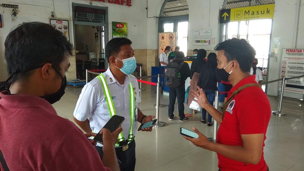 Kepala Stasiun Kediri, Wahyudi Cahyadi ketika memberkan keterangan. (Foto: Noe/Tugu Jatim)