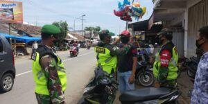 Operasi penegakan protokol kesehatan (prokes) yang dilakukan oleh Babinsa Koramil 0819/20 Gempol, Pasuruan. (Foto: Dokumen) tugu jatim