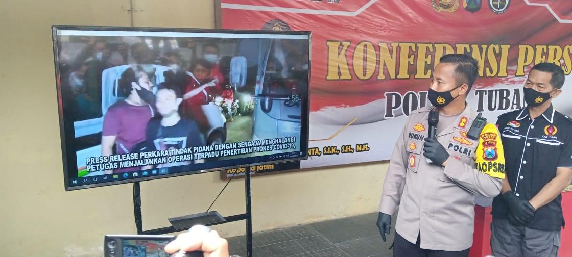 Kapolres Tuban, AKBP Ruruh Wicaksono melihatkan video penghadangan saat Operasi Yustisi 31 Januari 2021 lalu. (Foto: Moch Abdurrochim/Tugu Jatim)