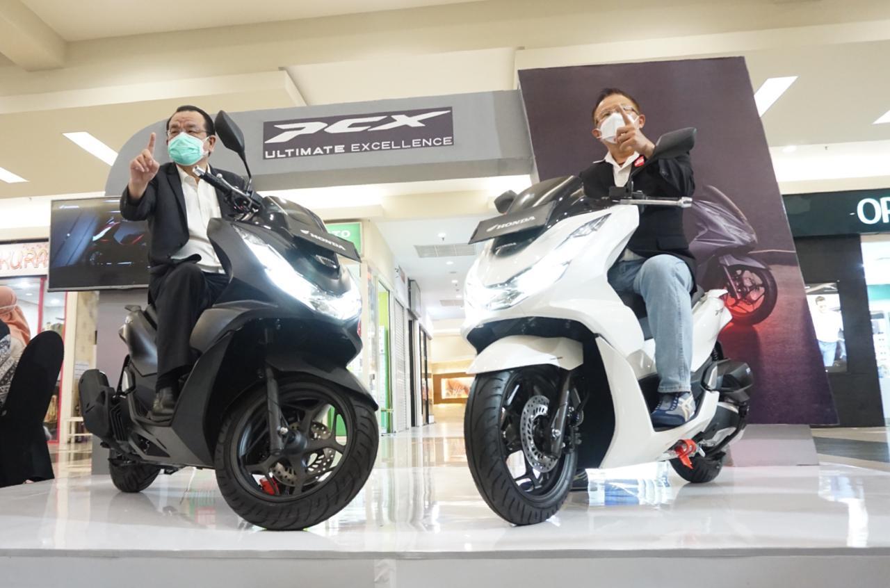 All New Honda PCX dan All New Honda PCX yang hari ini (22/2/2021) mulai dipasarkan di wilayah Jatim dan NTT. (Foto: Dokumen)
