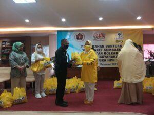 IIPG menyerahkan 1.000 paket sembako kepada masyarakat di Jakarta dalam rangka HPN 2021. (Foto: Dokumen) tugu jatim