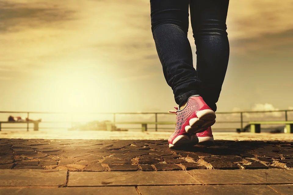 Ilustrasi jalan kaki yang banyak memberikan manfaat kesehatan jika dilakukan rutin. (Foto: Pixabay) tugu jatim