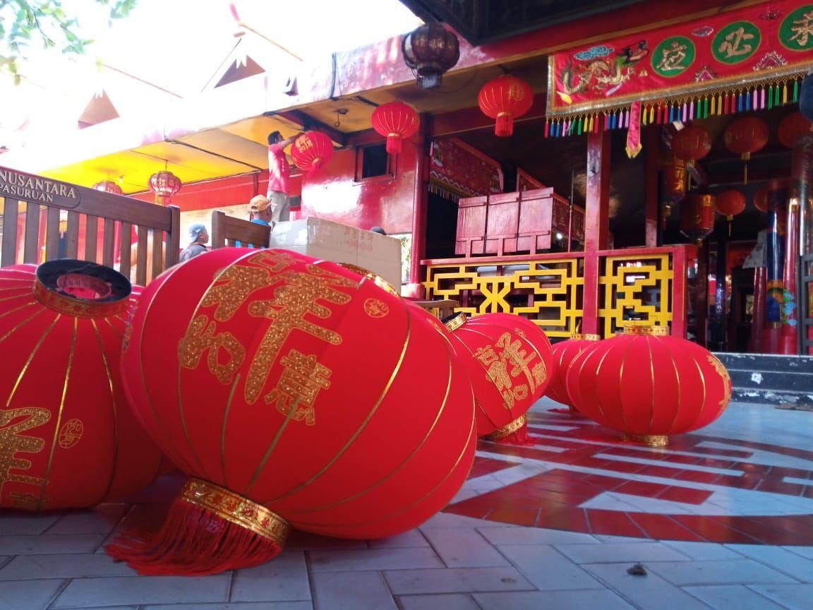 Ilustrasi karyawan Klenteng Tridarma Kwan Sing Bio Tuban memasang Lampion. (Foto: Moch Rochim/Tugu Jatim)