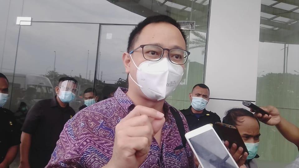 Josiah Michael, anggota Komisi A DPRD Kota Surabaya sedang melakukan inspeksi mendadak (Sidak) di lokasi rencana RS Siloam yang berdekatan dengan City of Tomorrow (Cito) Mall Surabaya, Rabu (17/02/2021). (Foto: Rangga Aji/Tugu Jatim)