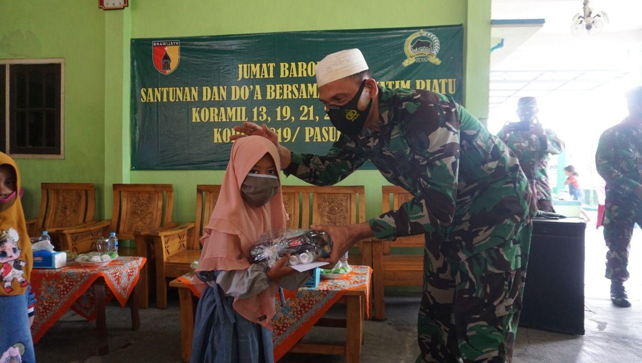 Kodim 0819 Pasuruan melakukan santunan kepada anak yatim di daerah Purwosari, Pasuruan, Jumat (12/2/2021). (Foto: Dokumen) tugu jatim