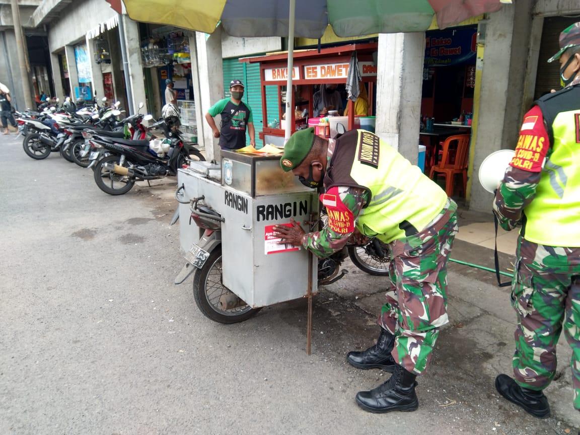 Anggota TNI dari Koramil 08/Rejoso Kodim 0819/Pasuruan terus mengimbau protokol kesehatan 5M di daerah. (Foto: Dokumen) tugu jatim