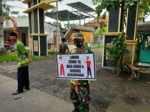 Anggota TNI dari Koramil 08/Rejoso Kodim 0819/Pasuruan bersama tiga pilar terus mengimbau protokol kesehatan 5M di daerah. (Foto: Dokumen)