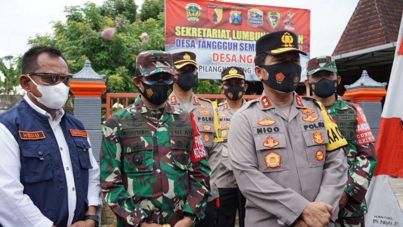 Kapolda Jatim, Irjen Pol Nico Afinta bersama Pangdam V/Brawijaya dan Sekda Provinsi Jawa Timur sedang melakukan wawancara dengan wartawan di Surabaya, Selasa (09/02/2021). (Foto: Kominfo Jatim) tugu jatim
