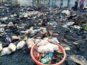 Tumpukan barang dagangan yang masih bisa diselamatkan di letakkan dalam ember. (Foto: Mila Arinda/Tugu Jatim)