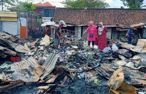 Pedangan Pasar Kepohbaru mengais sisa dagangan yang masih bisa diselamatkan. (Foto: Mila Arinda/Tugu Jatim)
